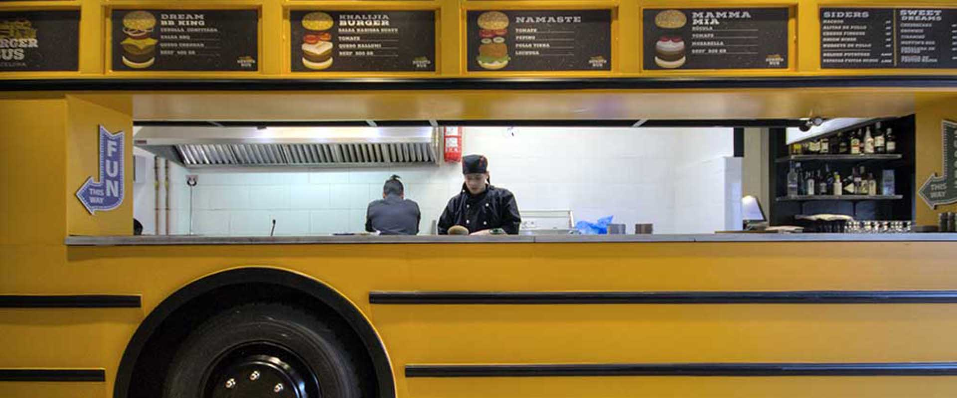 Vista desde el salón hacia el food truck con la cocina vista