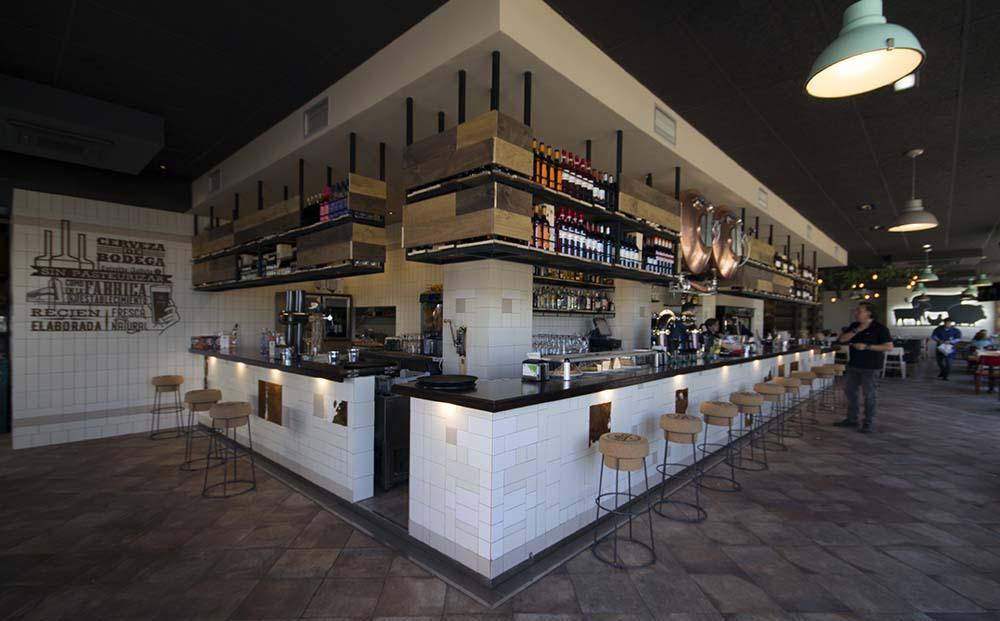 Desde la entrada se puede ver todo el local e intuir cada zona y uso. Restaurante Bovino Gijón
