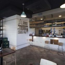 Vista barra hacia tienda restaurante BOVINO GIJON Da2 Arquitectura