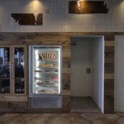 entrada cocina y nevera expositora restaurante BOVINO GIJON Da2 Arquitectura