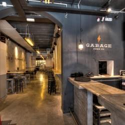 Imagen con el nombre del bar y la fábrica emplazada en la parte trasera del garaje.