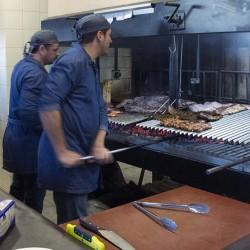 Los parrilleros trabajan a escasos centímetros de los clientes. lo que permite ver el Show Cooking e interactuar con ellos. Restaurante Bovino Gijón