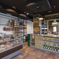 Interior de la tienda Gourmet. al fondo se ve el acceso al restaurante Bovino Gijón.