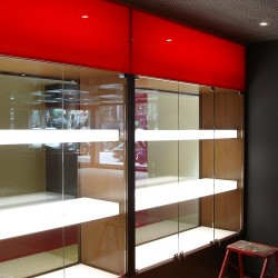 diseño-y-decoracion-tienda-consecionario-ferrari-expositor-cristal
