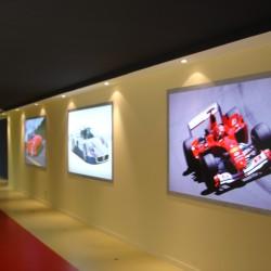 diseño y decoracion tienda consecionario ferrari pared lateral