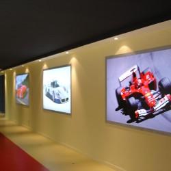 diseño-y-decoracion-tienda-consecionario-ferrari-pared-lateral
