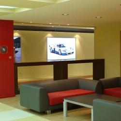 diseño-y-decoracion-tienda-consecionario-ferrari-sofas