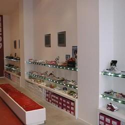 diseño-y-decoracion-tienda-guille-estantes-cristal