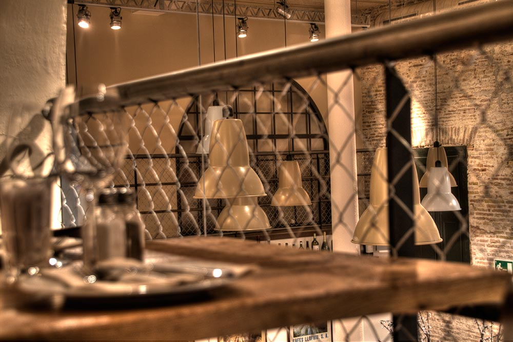 Decoración Restaurante Bodega La Puntual La Barandilla está realizada con malla de cercado
