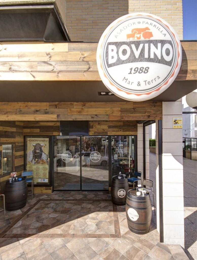 Acceso principal del restaurante Bovino Gijón formado por una terraza interior.