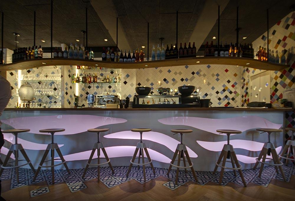 Diseño y decoracion Bar OLA! TAPAS Barra barcelona desde acceso