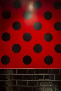 Diseño y decoración restaurante OLA TAPAS detalle baño damas