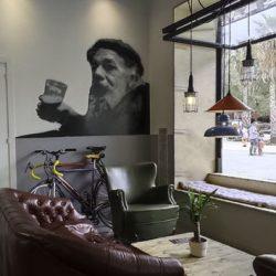 Stencil decora el salón del bar