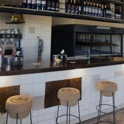 La parrilla se encuentra a vista de todos los clientes y se puede interactuar con los parrilleros. Restaurante Bovino Gijón