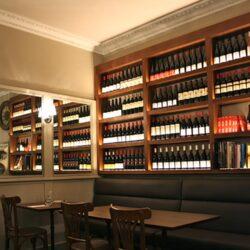 Expositor de vinos en restaurante