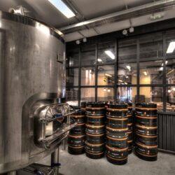 La fabrica de cerveza se encuentra al fondo del local