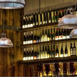 El expositor de vinos combina hierro y madera