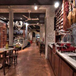 Este ambiente bodeguero sin la tradicional barra que separa al camarero del cliente fue el primero en su género.