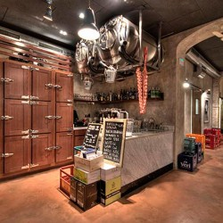 Atípica forma de organizar una barra Acceso vista de Decoración Restaurante Bodega La Puntual