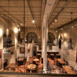 Decoración Restaurante Bodega La Puntual la altura del salón es de 6 metros