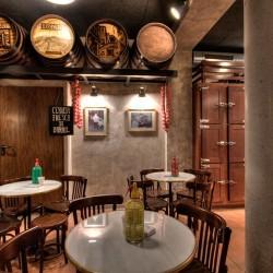 Las mesas de mármol las utilizamos en el acceso Decoración Restaurante Bodega La Puntual