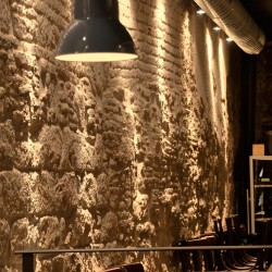 Muro milenario hace de marco Bodega la puntual