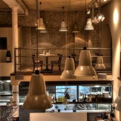 Las Lámparas cuelgas sobre el salón