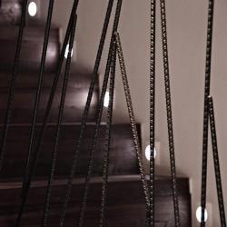La barandilla d ela escaler esta realizada con hierros de la costrucción