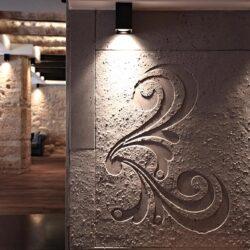 Hormigón en bajo relieve para los revestimientos de las paredes.