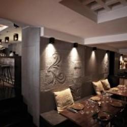 Diseño y decoración restaurante moderno KOA detalle revestimiento pared y salón inferior