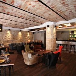 Diseño y decoración restaurante moderno KOA salón acceso