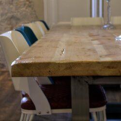 también, la mesa es de roble macizo.