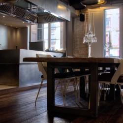 desde las mesas se puede ver la cocina
