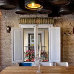 Por lo tanto, desde la ventana se puede ver el bar Casa guinart