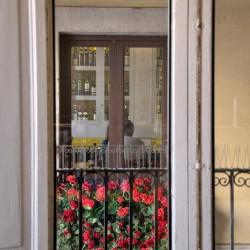 Desde las ventanas se puede ver el restaurante Casa Guinart,