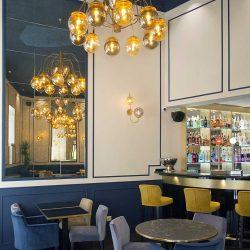 Diseño y Decoracion bar Talisman detalle araña y salón