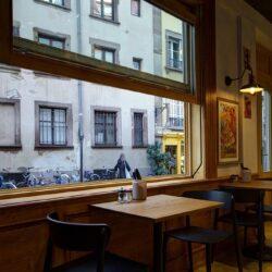 Las mesas ubicadas al lado de las ventanas guillotina.
