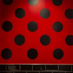 El baño de damas está inspirado en los vestidos de Sevillanas