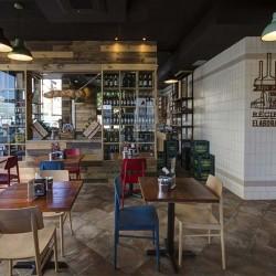 Hacia la izquierda de la entrada se encuentra un salón más informal y el acceso a la tienda Gourmet . Restaurante Bovino Gijón