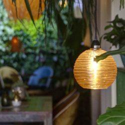 Las lámparas suspendidas están en todo el salón