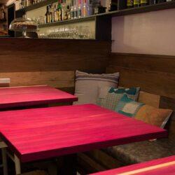 Detalle de mesas con banco y cojines DA2- ARQUITECTURA