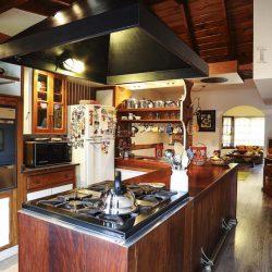 La cocina esta integrada al salón.