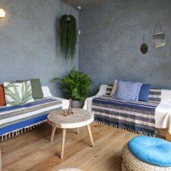 Bar vista corona Sitges.  Salón en acceso a patio interior