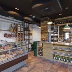 La tienda Gourmet. al fondo se ve el acceso al restaurante Bovino Gijón.