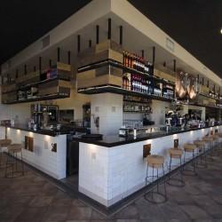 En la entrada se puede ver todo el local e intuir cada zona y uso. Restaurante Bovino Gijón
