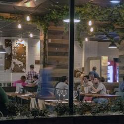 Las mesas del salón principal están distribuidas de manera tal para garantizar diferentes zonas de intimidad. Aquí se ve las mesas en el ventanal del restaurante. Bovino, Gijón