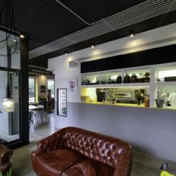 Barra pizzería en garage beer hacai salón con sofás
