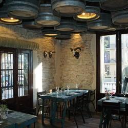 El techo está decorado con  barriles de vino