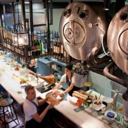 Barriles de cerveza suspendidos
