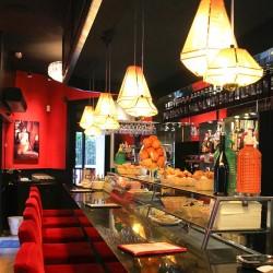 Barra de bar con sobre de mármol negro